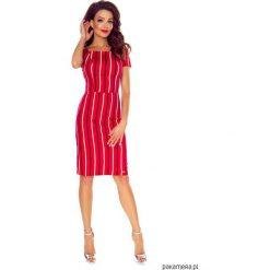 Elegancka dopasowana sukienka w paski. Różowe sukienki balowe Pakamera, w paski, z materiału, midi, dopasowane. Za 229,00 zł.