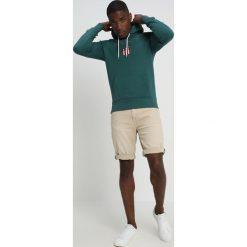 GANT SHIELD HOODIE Bluza z kapturem june bug green. Niebieskie bluzy męskie rozpinane marki GANT. Za 419,00 zł.