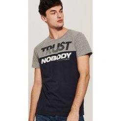 T-shirt z napisem - Granatowy. Niebieskie t-shirty męskie House, l, z napisami. Za 39,99 zł.