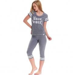 Piżama w kolorze szarym - t-shirt, legginsy. Szare piżamy damskie Doctor Nap, m, z nadrukiem. W wyprzedaży za 74,95 zł.