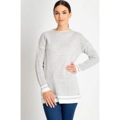 Szary sweter z białymi wstawkami QUIOSQUE. Białe swetry klasyczne damskie QUIOSQUE, z dzianiny. W wyprzedaży za 79,99 zł.
