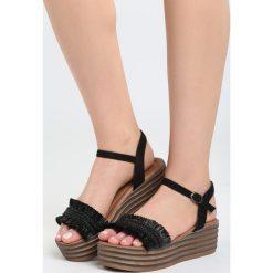 Czarne Sandały Striped Style. Czarne rzymianki damskie Born2be, z materiału, na koturnie. Za 59,99 zł.