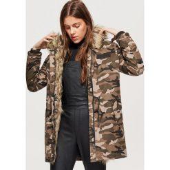 Płaszcze damskie: Zimowy płaszcz z eko futrem - Zielony