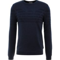 Emporio Armani Sweter blu navy. Szare swetry klasyczne męskie marki Emporio Armani, l, z bawełny, z kapturem. Za 789,00 zł.