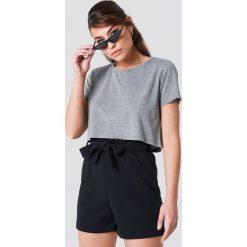 NA-KD Basic Krótki t-shirt z okrągłym dekoltem - Grey. Szare t-shirty damskie NA-KD Basic, z dzianiny, z okrągłym kołnierzem. Za 40,95 zł.