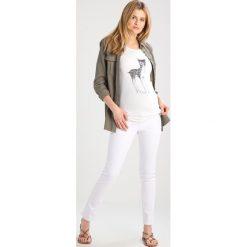 Jeansy damskie: Anna Field MAMA Jeansy Slim Fit white