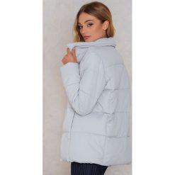 Rut&Circle Kolorowa, watowana kurtka Hilma - Grey. Zielone kurtki damskie marki Emilie Briting x NA-KD, l. W wyprzedaży za 121,48 zł.