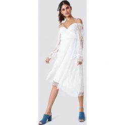 Trendyol Asymetryczna sukienka midi z koronką - White. Brązowe długie sukienki marki Mohito, l, z kopertowym dekoltem, kopertowe. Za 181,95 zł.