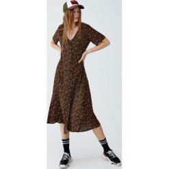 Sukienka midi w kwiaty. Czarne sukienki Pull&Bear, w kwiaty, midi. Za 139,00 zł.