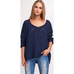 Swetry oversize damskie: Oversizowy Granatowy Sweter Ażurowy z Dekoltem V