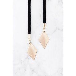 Naszyjniki damskie: NA-KD Accessories Zamaszowy naszyjnik z zawieszkami – Black