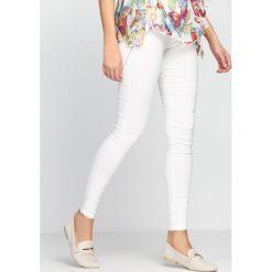Spodnie damskie: Białe Legginsy Movin' On