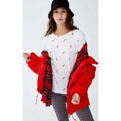 Koszulka ze świątecznym nadrukiem. Białe t-shirty damskie Pull&Bear, z nadrukiem. Za 29,90 zł.