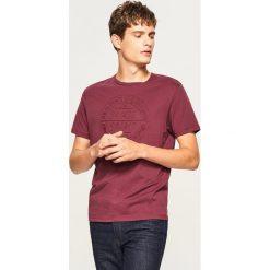 T-shirt regular fit z haftem - Bordowy. Czerwone t-shirty męskie Reserved, l, z haftami. Za 29,99 zł.