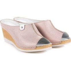 Różowe klapki na koturnie VINCEZA różowe. Czerwone buty ślubne damskie marki Vinceza, na koturnie. Za 159,99 zł.