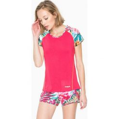 Koszulka funkcyjna w kolorze różowym. Czerwone bluzki sportowe damskie Desigual Sport, s, z nadrukiem, z materiału. W wyprzedaży za 121,95 zł.