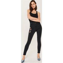 Rurki damskie: Spodnie skinny z naszywkami – Czarny