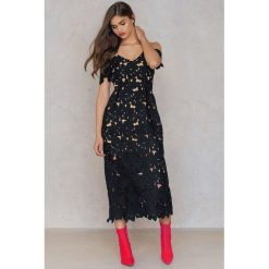 Sukienki: NA-KD Boho Koronkowa sukienka z wycięciami na ramionach – Black