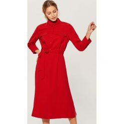 Koszulowa midi sukienka - Czerwony. Czerwone sukienki marki Mohito, l, w koronkowe wzory. Za 169,99 zł.