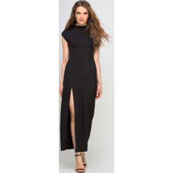 Długie sukienki: Długa Czarna Sukienka ze Stójką z Rozcięciem na Boku