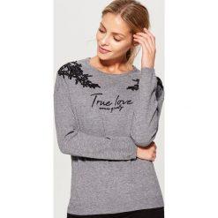 Sweter z koronkową aplikacją - Szary. Szare swetry klasyczne damskie marki Mohito, l, z koronki. Za 89,99 zł.