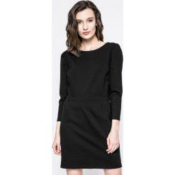 Answear - Sukienka. Czarne sukienki dzianinowe marki ANSWEAR, na co dzień, l, casualowe, z okrągłym kołnierzem, mini, proste. W wyprzedaży za 79,90 zł.