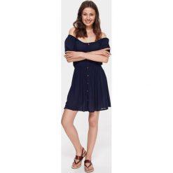 LUŹNA SUKIENKA Z ODKRYTYMI RAMIONAMI. Niebieskie sukienki letnie marki Reserved, z odkrytymi ramionami. Za 59,99 zł.