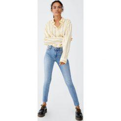 Jeansy skinny fit ze średnim stanem. Niebieskie rurki damskie Pull&Bear, z jeansu. Za 69,90 zł.