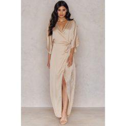 Długie sukienki: Hannalicious x NA-KD Kimonowa sukienka maxi - Beige