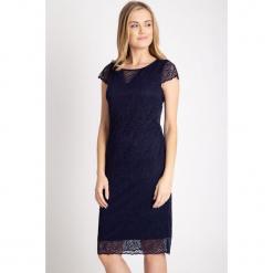 Granatowa koronkowa sukienka QUIOSQUE. Szare sukienki balowe marki QUIOSQUE, s, w koronkowe wzory, z koronki, z kopertowym dekoltem, z krótkim rękawem, midi, kopertowe. W wyprzedaży za 159,99 zł.