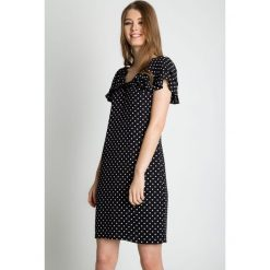 Sukienki balowe: Dopasowana sukienka z głębszym dekoltem BIALCON