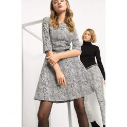 Sukienka z wężowym wzorem. Czarne sukienki na komunię marki Orsay, do pracy, w paski, z bawełny, biznesowe, z okrągłym kołnierzem, rozkloszowane. Za 139,99 zł.