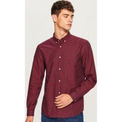 Koszula regular fit w paski - Czerwony. Czerwone koszule męskie w paski Reserved, l. W wyprzedaży za 49,99 zł.