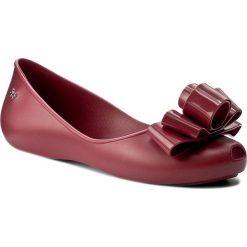 Baleriny ZAXY - Glam Fem 82259 Burgund 01681 Y285054 02064. Czerwone baleriny damskie marki Zaxy, z tworzywa sztucznego, na płaskiej podeszwie. W wyprzedaży za 119,00 zł.