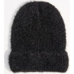 Czapka beanie z połyskującym włosiem - Czarny. Czerwone czapki damskie marki Mohito, z bawełny. Za 39,99 zł.