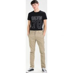 Calvin Klein Jeans TIMBALL SLIM FIT TEE Tshirt z nadrukiem black. Czarne koszulki polo Calvin Klein Jeans, m, z nadrukiem, z bawełny. Za 229,00 zł.