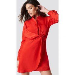 Hannalicious x NA-KD Sukienka koszulowa z drapowaniem - Red. Czerwone długie sukienki marki Hannalicious x NA-KD, z koszulowym kołnierzykiem, z długim rękawem, koszulowe. Za 202,95 zł.