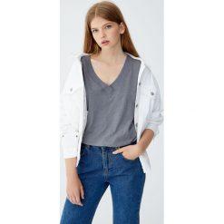 Koszulka z dzianiny dresowej z dekoltem w serek. Niebieskie t-shirty damskie marki Pull&Bear. Za 39,90 zł.