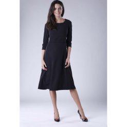 Czarna Rozkloszowana Sukienka Wizytowa z Zaznaczoną Talią. Czarne sukienki balowe Molly.pl, do pracy, l, z tkaniny, z klasycznym kołnierzykiem, oversize. W wyprzedaży za 142,20 zł.