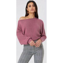 Swetry klasyczne damskie: NA-KD Dzianinowy sweter z odkrytymi ramionami - Purple
