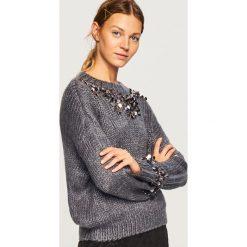 Sweter z aplikacjami - Szary. Szare swetry klasyczne damskie marki Mohito, l. Za 79,99 zł.