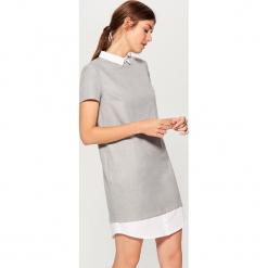 Sukienka z elementami koszulowymi - Jasny szar. Szare sukienki z falbanami marki Mohito, z koszulowym kołnierzykiem, koszulowe. W wyprzedaży za 99,99 zł.