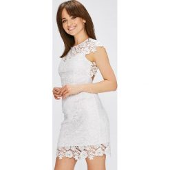 Guess Jeans - Sukienka Joya. Szare sukienki koronkowe marki Guess Jeans, na co dzień, l, z aplikacjami, casualowe, z okrągłym kołnierzem, z krótkim rękawem, mini, dopasowane. W wyprzedaży za 599,90 zł.