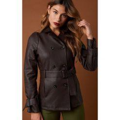 NA-KD Trend Krótka kurtka z paskiem - Brown. Białe kurtki damskie marki NA-KD Trend, z nadrukiem, z jersey, z okrągłym kołnierzem. Za 323,95 zł.