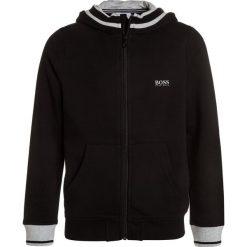 BOSS Kidswear JOGGING  Bluza rozpinana schwarz. Niebieskie bluzy chłopięce rozpinane marki BOSS Kidswear, z bawełny. Za 399,00 zł.