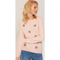 Sweter w jeżyki - Różowy. Czerwone swetry klasyczne damskie marki 100% Maille, s, ze splotem, z okrągłym kołnierzem. Za 79,99 zł.