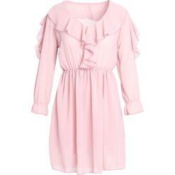Różowa Sukienka Cheeky. Różowe sukienki mini marki numoco, l, z dekoltem w łódkę, oversize. Za 59,99 zł.