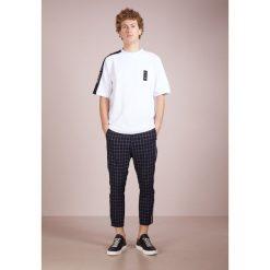 Holzweiler DARIN TEE Tshirt z nadrukiem white. Białe t-shirty męskie z nadrukiem Holzweiler, l, z bawełny. W wyprzedaży za 351,20 zł.