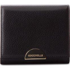 Mały Portfel Damski COCCINELLE - CV5 Half E2 CV5 11 48 01 Noir 001. Czarne portfele damskie Coccinelle, ze skóry. W wyprzedaży za 309,00 zł.