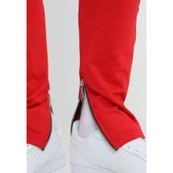 Spodnie męskie: Criminal Damage CAMDEN  Spodnie treningowe red/black
